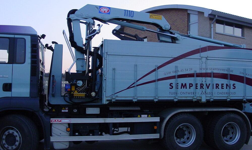 containervrachtwagen met laadkraan
