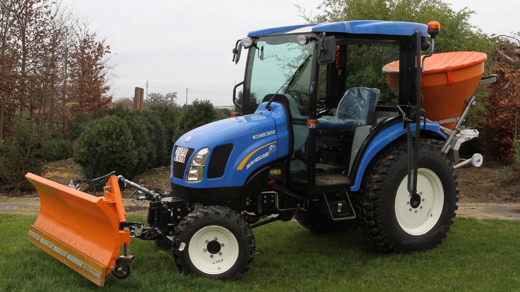 50 pk tractor met klepelmaaier, overtopfrees, sneeuwschuif, zoutstrooier