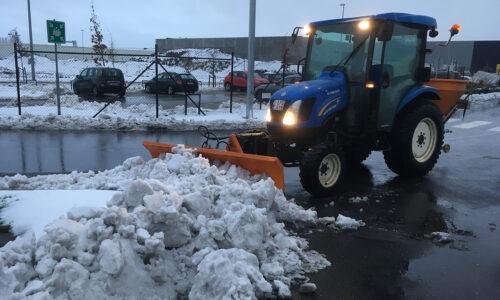 Tractor 50 pk met sneeuwschuif 200 cm en zoutstrooier 500 kg