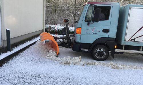 lichte vrachtwagen met sneeuwschuif 250 cm en zoutstrooier 1500kg
